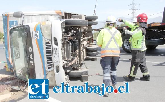 SALVÓ ILESO.- Personal de Rescate se encargó de controlar la escena tras el vuelco, se hizo necesario para atender el accidente, mientras que una larga fila de autos esperó la habilitación de la ruta.