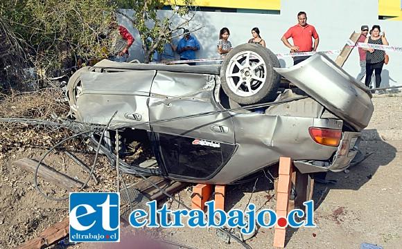 NO ERA SU HORA.- Milagrosamente las dos personas a bordo de este vehículo resultaron sólo con heridas, el escenario nos indica que pudo ser peor.