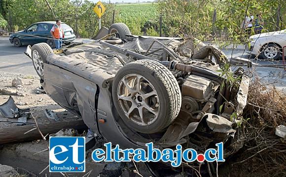 ESPECTACULAR.- Debajo del vehículo se puede apreciar el poste arrancado de cuajo de su lugar.