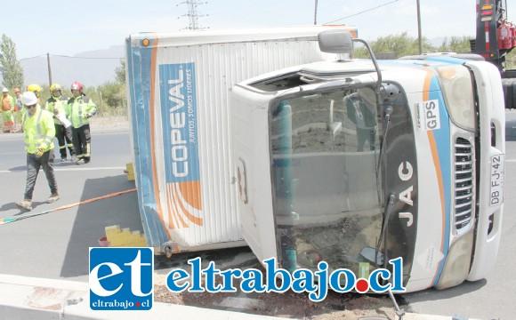 MILAGRO DEL DÍA.- Milagrosamente este vuelco no generó emergencias mayores en el kilómetro 46 de la ruta 60 CH.