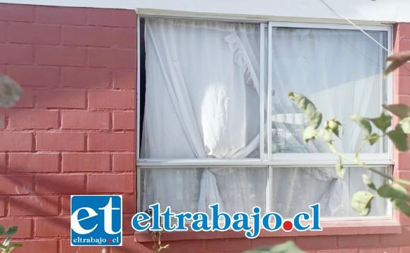 Los sujetos, tras arrojar piedras, destruyeron los vidrios del ventanal del domicilio de los denunciantes.
