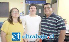 Génesis Abarca, llayllaína de 19 años, es una en un millón. En la foto al centro junto a sus padres Ricardo Abarca y Leticia Varas Rodríguez.
