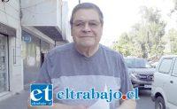 El Core Rolando Stevenson Velasco con una copia del documento que entregó en la Seremi de Transporte y Telecomunicaciones de la Quinta Región.