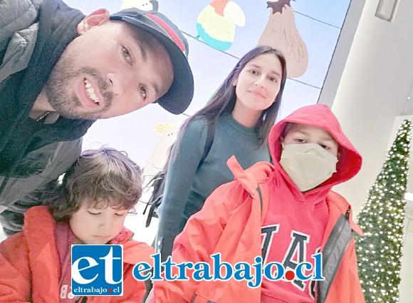 El pequeño Vicente Tapia junto a su familia.
