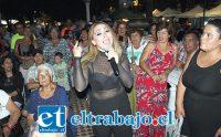 LA MÁS ROMÁNTICA.- La bellísima Bárbara Flores cautivó a los presentes doblando a la gran Myriam Hernández.