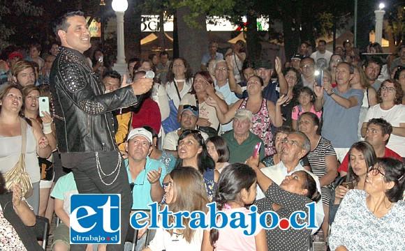 GRANDE CHAYANNE.- Para el cierre de la noche apareció Chayanne, interpretado por el chileno Matías Fuentealba.