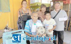 NO ESTÁ SOLO.- Aquí vemos al conocido componedor de huesos y exdirigente comunitario, Gerardo 'Makanaki' Veas, en compañía de su esposa, hija y nieto, acompañado también del directivo del Club Deportivo La Santita.