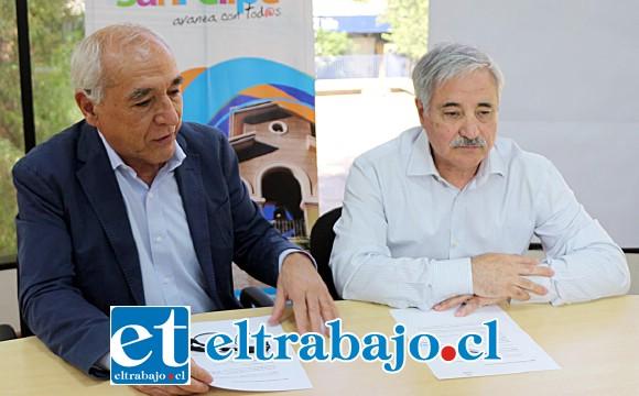 Es la segunda inversión más importante que ha alcanzado la administración del alcalde Patricio Freire. Acá lo vemos con Sergio Pirinoli, encargado del programa de Pavimentos Participativos.