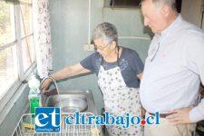 El alcalde Luis Pradenas conversó con las vecinas beneficiadas con este proyecto, quienes hoy con solo girar la llave cuentan con agua potable en sus hogares.
