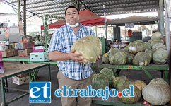 SIGUE FUNCIONANDO.- El director de Afema, Luis Lara, nos muestra la mercadería que será vendida este jueves por sus feriantes.
