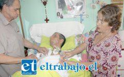 AMOR NO LE FALTA.- Aquí vemos a Boris Vásquez, siendo atendido por su madre Elvira Tapia, y su padre Luis Vásquez.