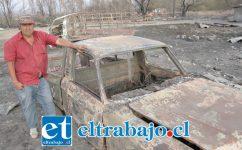 VECINO AFECTADO.- Don Alejandro 'Jano' Silva muestra a Diario El Trabajo la ruina en la que él quedó tras el incendio de enero, atrás se ven los autos ya inservibles.