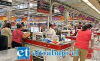 ABUELOS BIEN ATENDIDOS.- En los supermercados Santa Isabel hay un horario especial para adultos mayores y discapacitados en la mañana, antes de las 10:00 horas.