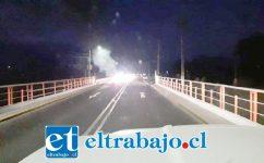 Al fondo del puente se aprecia el fuego que impedía el normal tránsito por el puente y que fue despejado por los propios automovilistas.