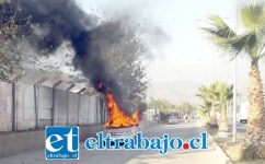 El automóvil totalmente envuelto en llamas en plena vía pública. (Foto putaendoinforma.com)