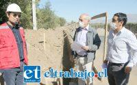 EN PLENA MARCHA.- Maquinaria pesada remueve toneladas de tierra y arena, para avanzar en las obras del proyecto.