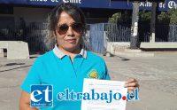 Beatriz Moreno Chapa, presidente del transporte escolar de San Felipe, muestra el documento con la petición al gobierno.
