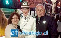 BIEN RESPALDADA.- Aquí vemos a la flamante carabinera al lado de su ahora difunto padre Víctor Hugo Andrade y doña Sonia Rea.