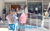 SAN FELIPE NO SE DETIENE.- Así lucía hoy lunes en horas del mediodía Chile Express en Merced, grandes filas y gente sentada en los asientos al interior del local.