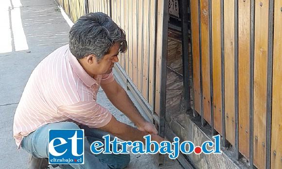 Pascual Barraza nos muestra por donde se presume entró el delincuente a robar los cigarros, como es el portón de entrada.