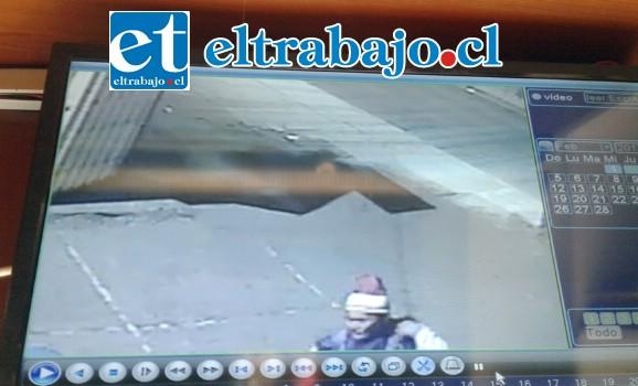 Acá se puede apreciar, el rostro de la mujer que robó junto a un hombre el tubo de gas.