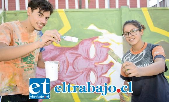 HERMANOS PINTORES.- Los hermanos Cristian y Catalina Villegas, muestran a Diario El Trabajo cómo hicieron este mural.