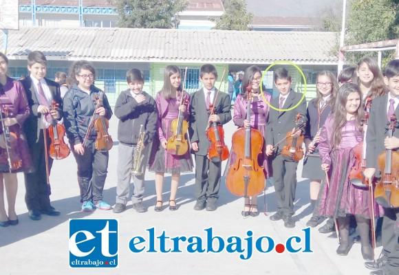 MUY TALENTOSOS.- Aquí vemos al joven Sebastián Santibáñez junto a sus compañeros de la Orquesta Sinfónica de la Escuela José de San Martín.