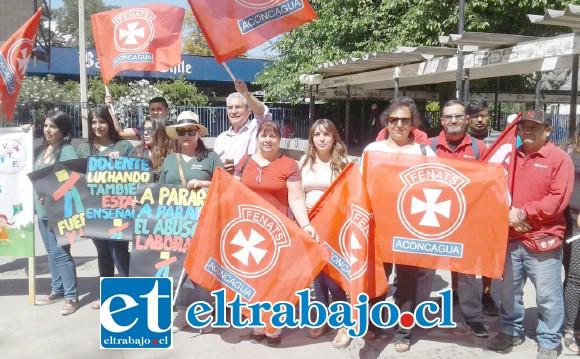 Representantes de Fenats y Correos de Chile presentes en el Banderazo.
