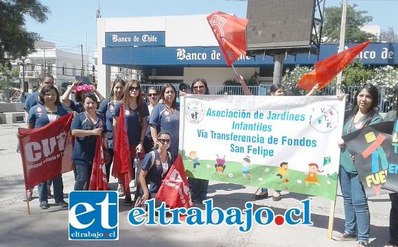 Representantes de los Jardines Vía Transferencia de Fondos (VTF) presentes en el banderazo.