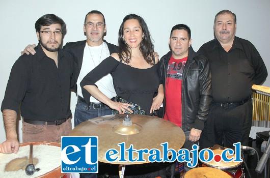 EL ELENCO.- Ellos son: Roberto Padilla (guitarra, saxofón y vientos); Geovany Salinas (percusión); Hernán De Calixto (bajo y charango); Michael Lameles (piano) y la cotizada artista nacional Ivalú Biénsobas, la voz principal.