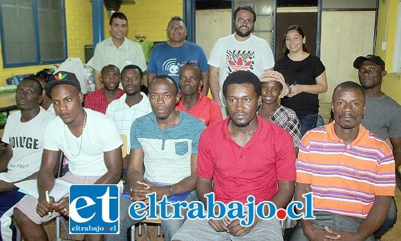 ESTUDIAN ESPAÑOL.- Ellos son parte de la matrícula de haitianos que estudian español en un curso de verano impartido en la Iglesia Adventista del Séptimo Día, en calle Navarro.