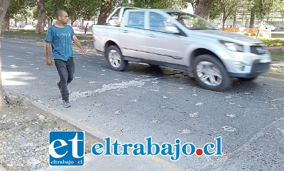 Este es uno de los problemas que se ha suscitado en calle Salinas con Alameda Chacabuco, donde el picado que se hizo se ha ido agrandando.