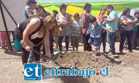Con la visita del director regional del Serviu, Carlos Contador, familias del comité Las Rosas, realizaron los primeros movimientos de tierra y la colocación de la 'Primera Piedra' dieron el vamos para la construcción de 128 departamentos que se emplazarán en el sector Morandé de la comuna de Llay-Llay.