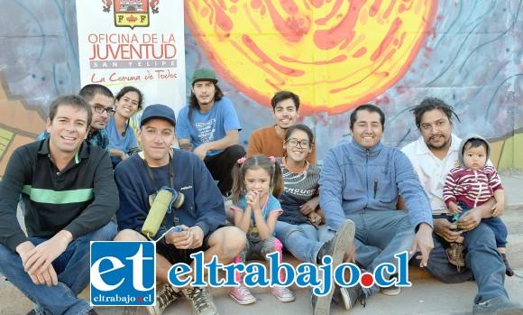 SOL PODEROSO.- Los vecinos y muralistas posaron orgullosos con este mural tan espacial, el sol en todo su esplendor en Villa Sol del Inca.