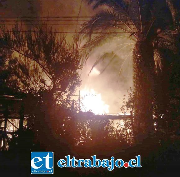 Personal de las tres compañías de Bomberos trabajaron arduamente hasta la madrugada para lograr reducir las llamas en el sector Santa Filomena de Santa María.