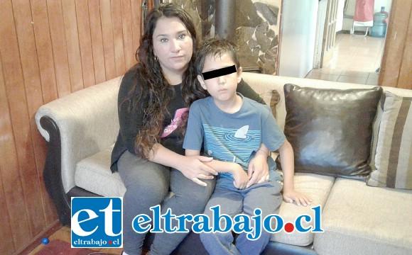 La madre del menor Isis Torres Lazo junto a su hijo Máximo en su casa.