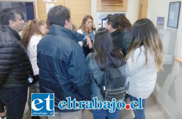 Familiares de Catalina conversan con el fiscal Andrés Gallardo sobre la sentencia.