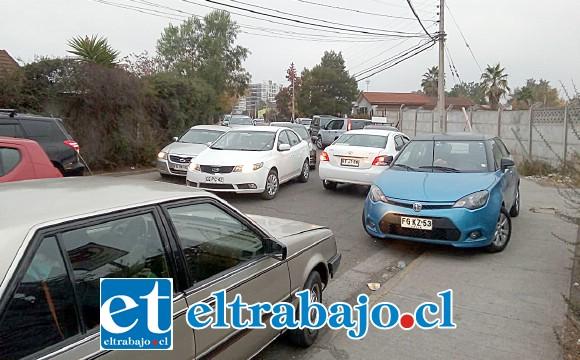 Acá vemos los vehículos estacionados al interior de las calles de Barrio Miraflores. (cedida)