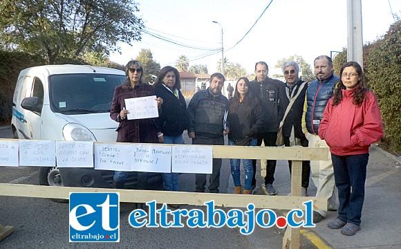El grupo de vecinos junto al concejal Juan Carlos Sabaj que manifestaron pacíficamente su molestia con las autoridades por el cierre de Avenida Hermanos Carrera.