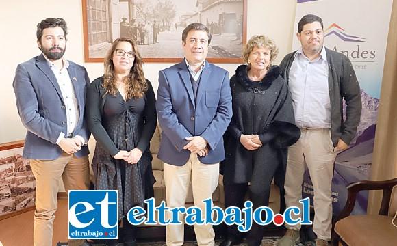 El alcalde Manuel Rivera junto a la gerente de Pro Aconcagua, Claudia Gajardo; Alberto Larraín, director ejecutivo de la Fundación Pro Cultura, y los propietarios del inmueble, protagonistas de esta historia.