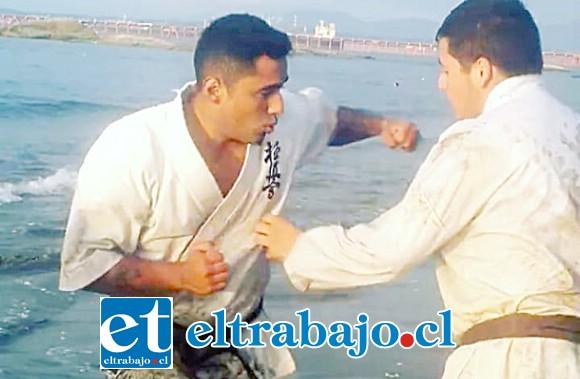 CUERPO A CUERPO.- Aquí vemos al 'Rompe Cráneos' Suárez, entrenándose en combate cuerpo a cuerpo en la playa; veremos cómo le va en Brasil.