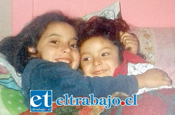 ADIÓS CHIQUILINA.- A mano derecha vemos a Scarlett cuando apenas tenía cinco años de edad, a su lado su hermana Darinca.