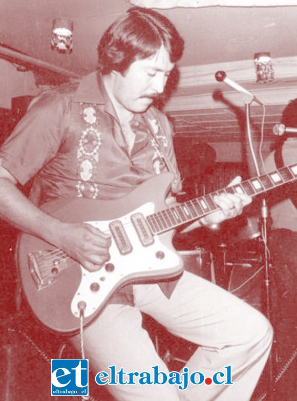AQUELLOS TIEMPOS.- Así lucía 'Pepe' Plaza en sus tiempos de juventud, siempre con sus guitarras y canciones.