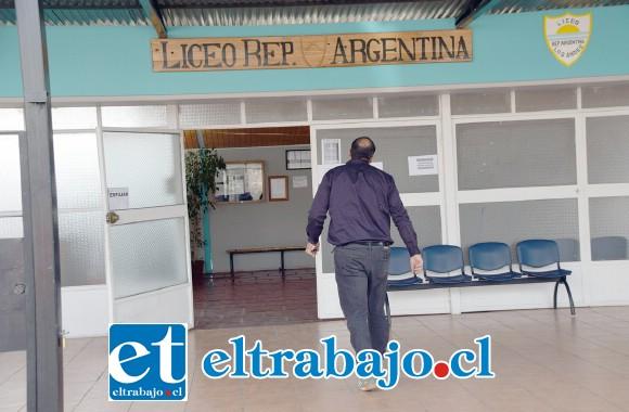 AQUÍ OCURRIÓ.- El Liceo Rep. Argentina, de Los Andes, permanecía ayer desierto, pues sólo se imparten clases a media jornada. La matrícula de este liceo es de 263 estudiantes, 43 profesores y 32 asistentes de la educación.