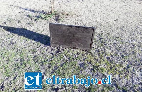 Carabineros recuperó este televisor Led que dejó abandonado uno de los delincuentes en medio de unos matorrales en el sector de la línea férrea de San Felipe.