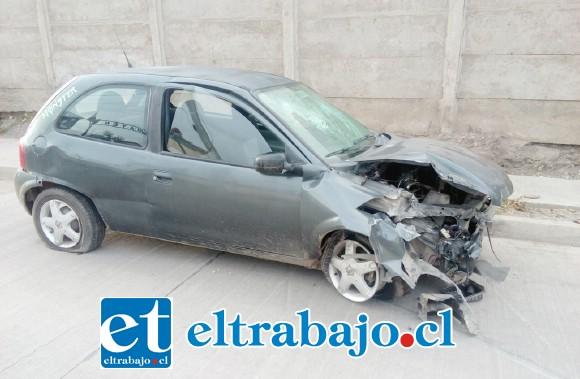 Así quedó el automóvil, con daños en su parte delantera.