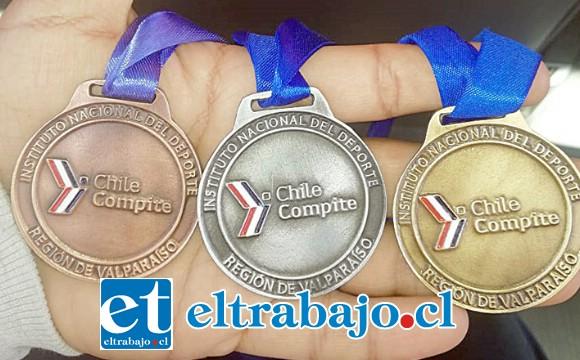 LA COSECHA.- Aquí vemos varias de las medallas que este joven atleta se ha ganado haciendo lo que más le gusta.