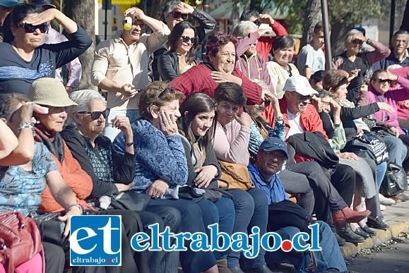 MOMENTO DE REÍR.- Miles de personas acudieron a la Plaza de Armas para ver y participar del gran espectáculo típico.