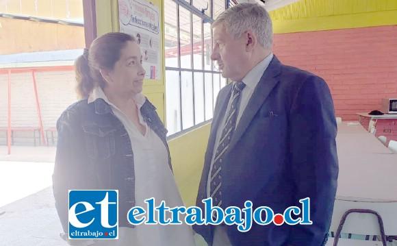 El Jefe DAEM visitó personalmente la escuela afectada, le atendió su directora Marianela Parada.