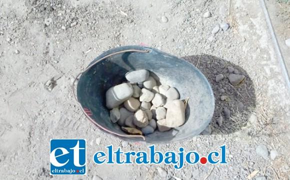 Carabineros recolectó las piedras arrojadas hacia el cuartel policial.